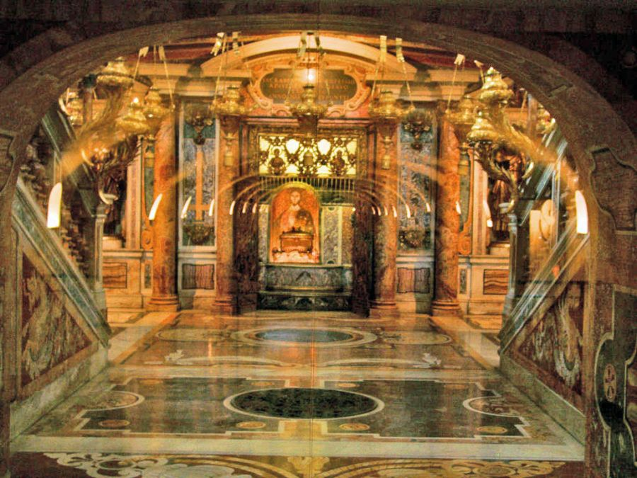 St.-Peters-Basilica_Peter_Tomb