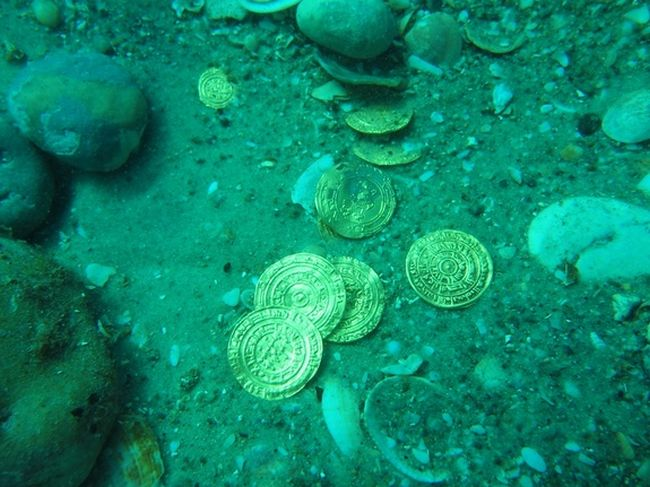 Gold-Coin-Treasure_2000-Coins_Israel-Coast_3