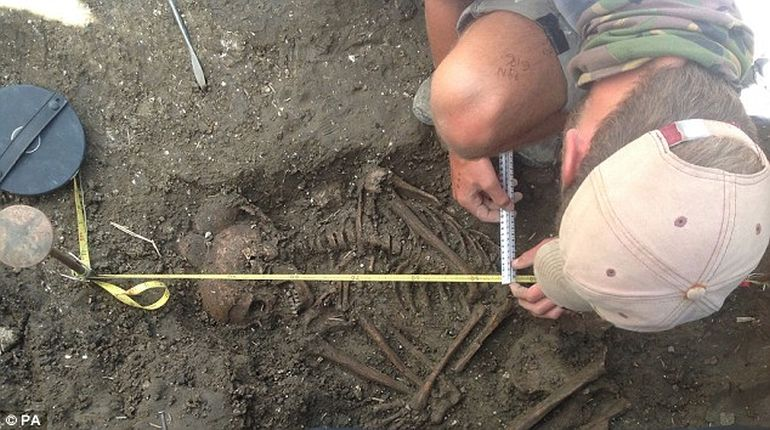 4000-year-old Skeleton Of Teenager Found Near Stonehenge-3
