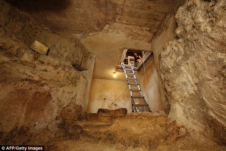 IAA Discovers 2000-year-old Ritual Bath Under A Family's Living Room in Jerusalem-3