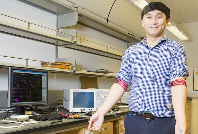 New wireless communication technology uses the human body to transmit data between devices-2
