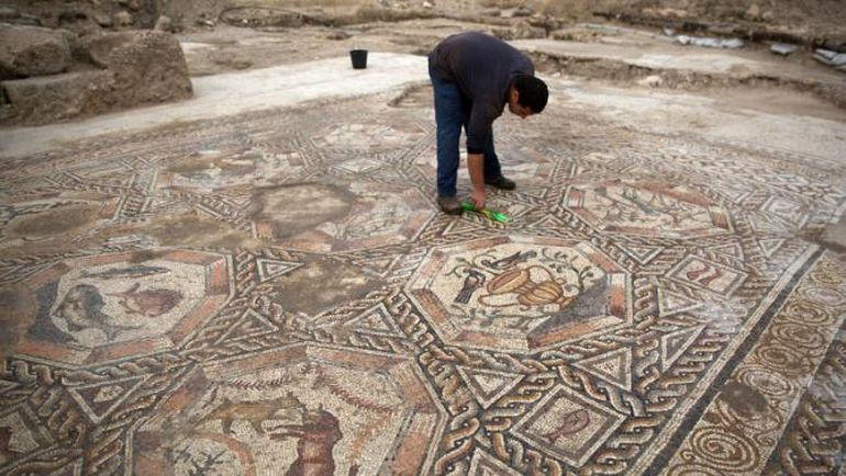 Archaeologists Unveil 1,700-Year-Old Ornate Mosaic In Israel-4