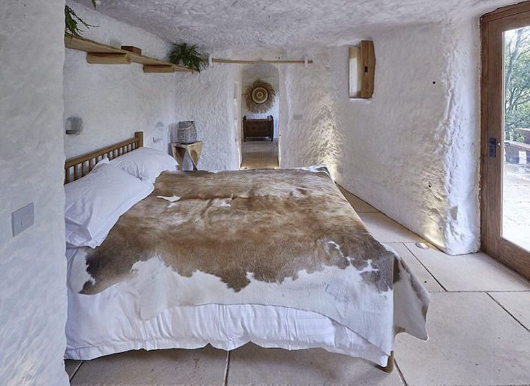 UK's Rockhouse Retreat Is Housed Inside A 700-Year-Old Cave-4