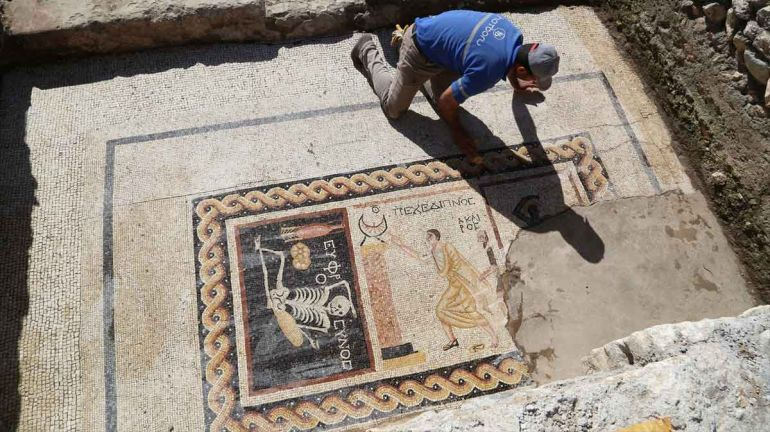 Archaeologists_cheerful_Skeleton_Mosaic_Turkey_2