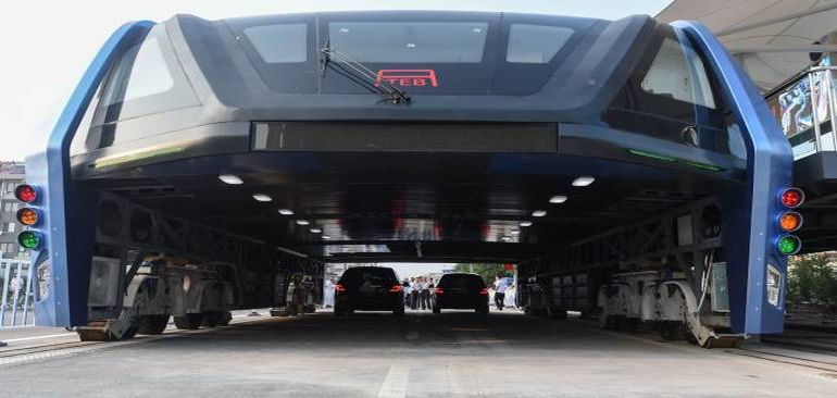 China Unveils Full-Sized Prototype Of Bizarre Traffic-Straddling Bus-4