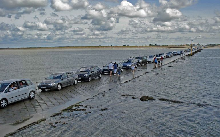 this-amazing-road-in-france-surfaces-above-water-only-twice-a-day-4