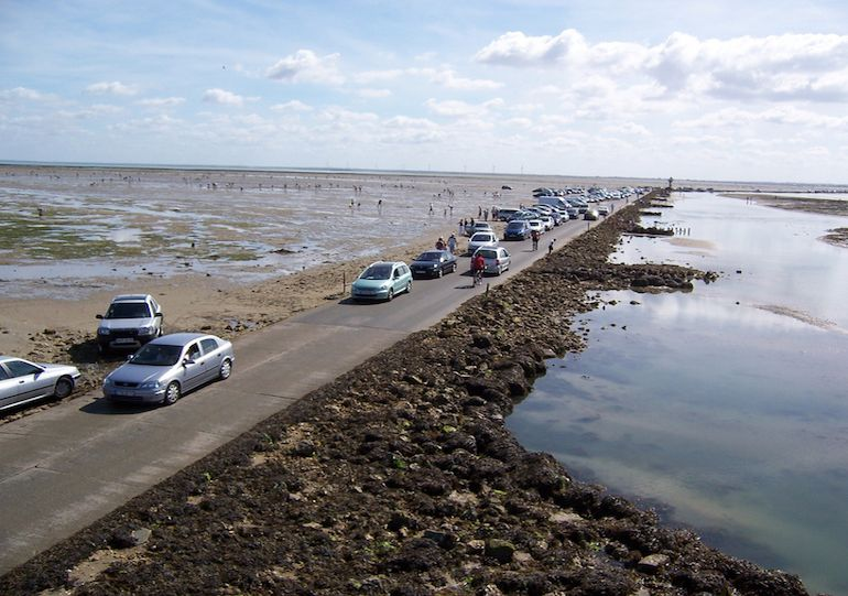 this-amazing-road-in-france-surfaces-above-water-only-twice-a-day-7