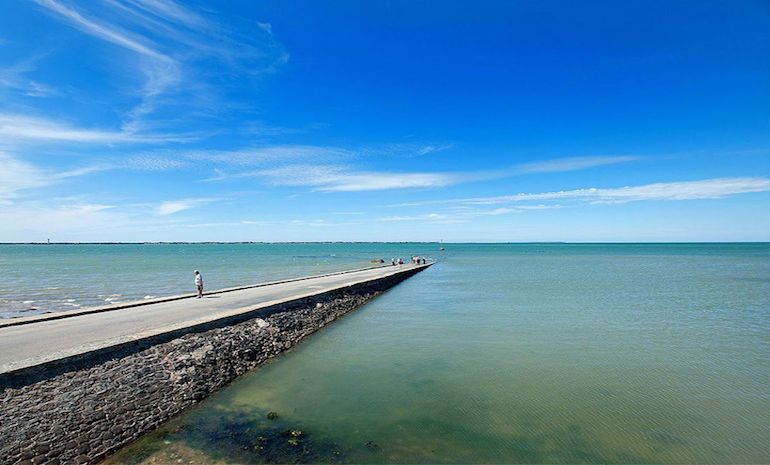 this-amazing-road-in-france-surfaces-above-water-only-twice-a-day-8