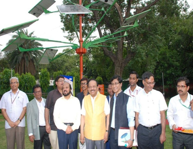 india-designed-solar-power-tree-can-light-up-to-5-houses-2