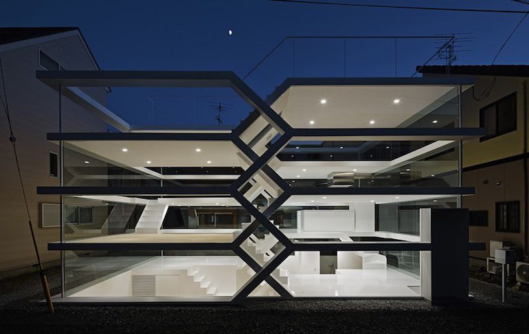 japans-see-through-s-house-is-a-glass-lined-space-with-no-partitions-4