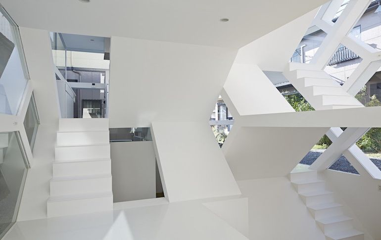 japans-see-through-s-house-is-a-glass-lined-space-with-no-partitions-6