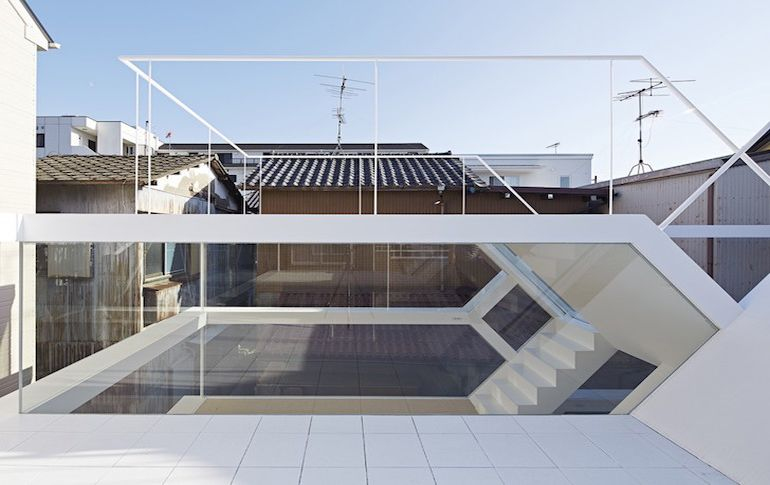 japans-see-through-s-house-is-a-glass-lined-space-with-no-partitions-9