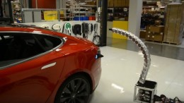 Tesla_Snake_Robot_Charges_Electric_Vehicle