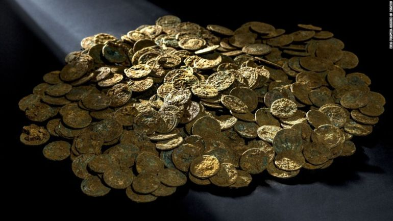 Swiss_Farmer_Discovers_4000_Roman_Coins_Orchard_1