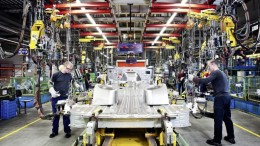 Humans will soon replace robots on Mercedes-Benz's production line-2
