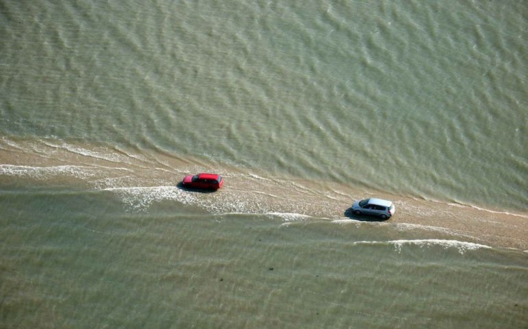 this-amazing-road-in-france-surfaces-above-water-only-twice-a-day-1
